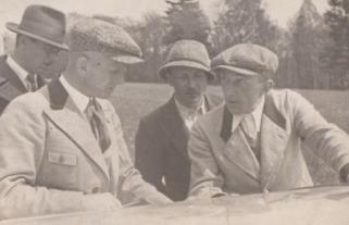 """Mein Vater schrieb zu diesem Foto ins Fotoalbum: """"Vater mit Eugen Bönsch (Bes. der Wiesenbaude) bei Fachsimpeln am Flügel eines Segelflugzeugs"""""""